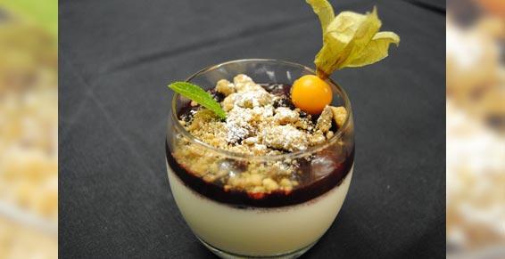 Panacotta, fruits rouges cuisinés et crumble de biscuits amaretti