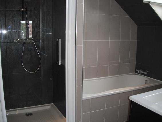 Création de salles de bains, carrelage sol et murs, pose de baignoires