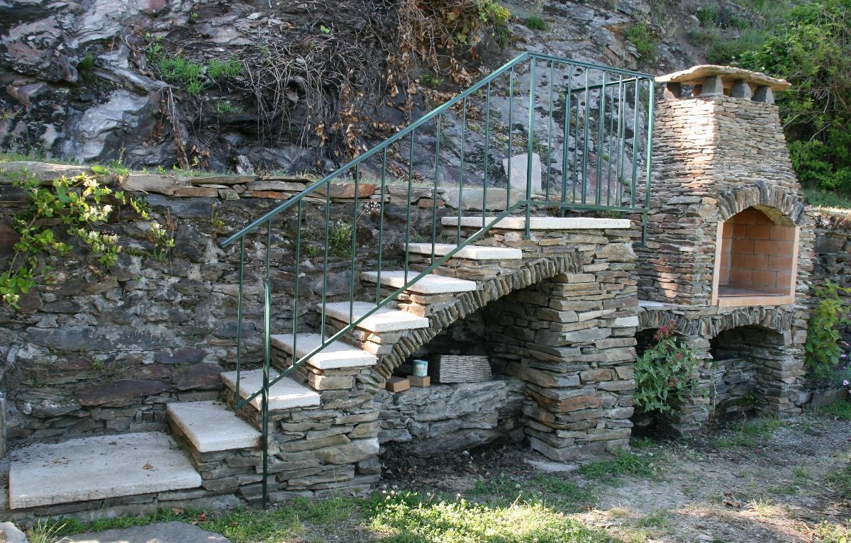 Escalier et barbecue en pierre