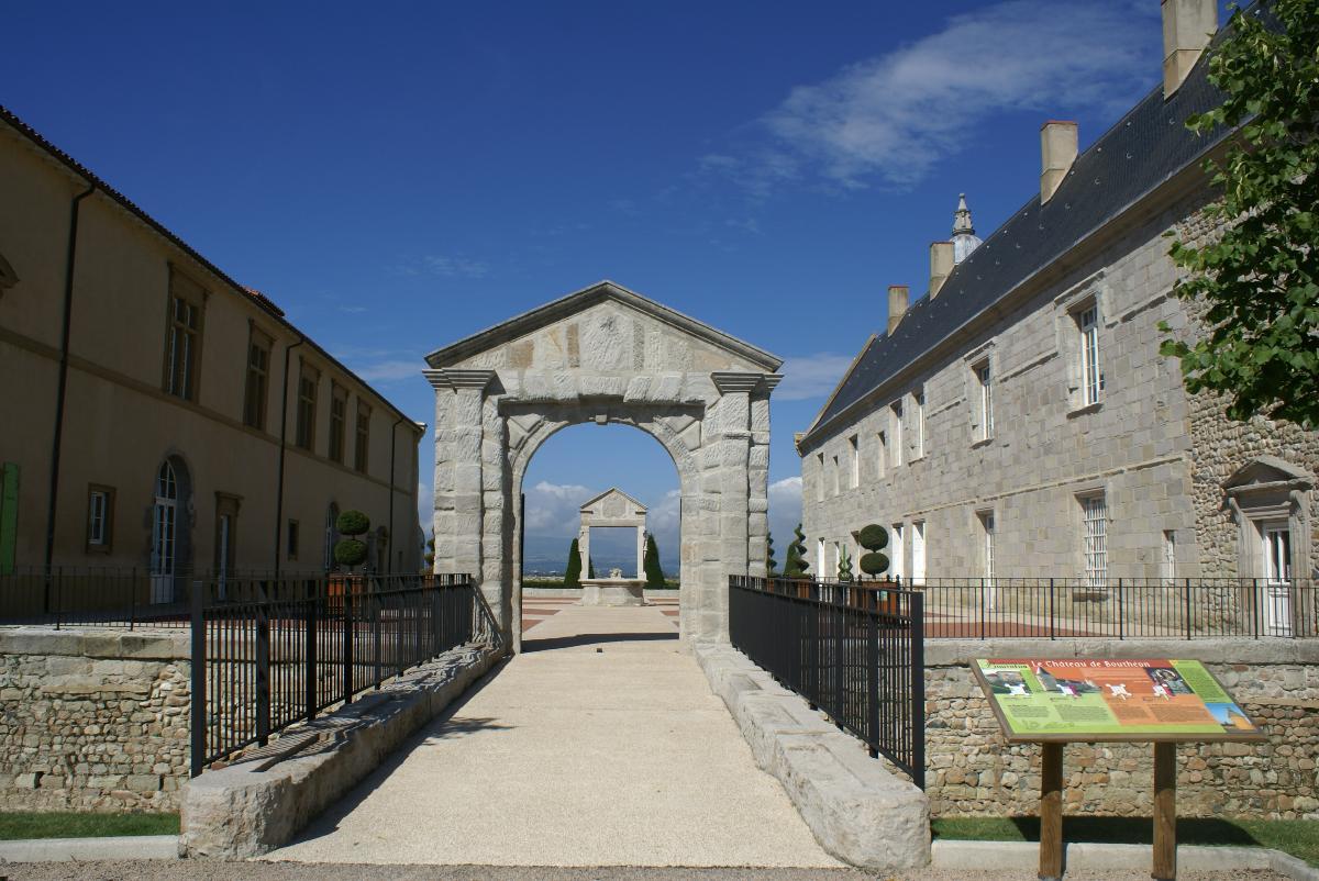 Entrée cours d'honneur Château de Bouthéon Loire