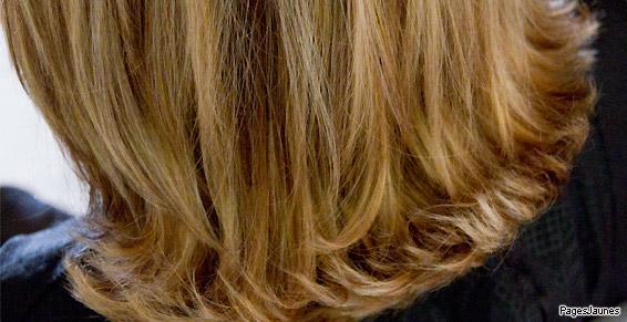 Nos coiffeuses réalisent des couleurs adaptées à vos cheveux