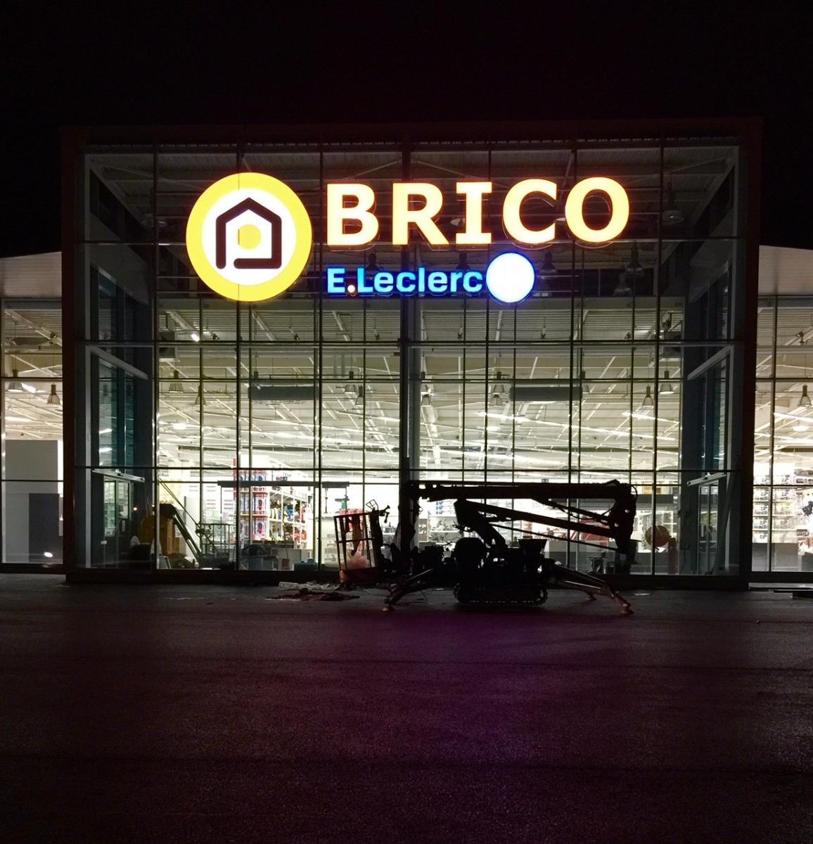 Pose de l'enseigne BRICO E. LECLERC