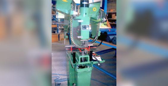 Machine à oeillets automatique - France Location Industrie - Mayenne