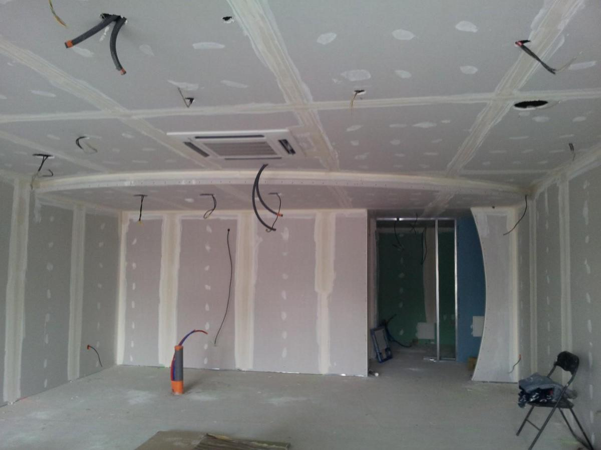 Plafond avec lumières indirectes