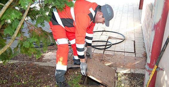Intervention d'un technicien SARP Sud-Ouest sur un réseau pluvial.