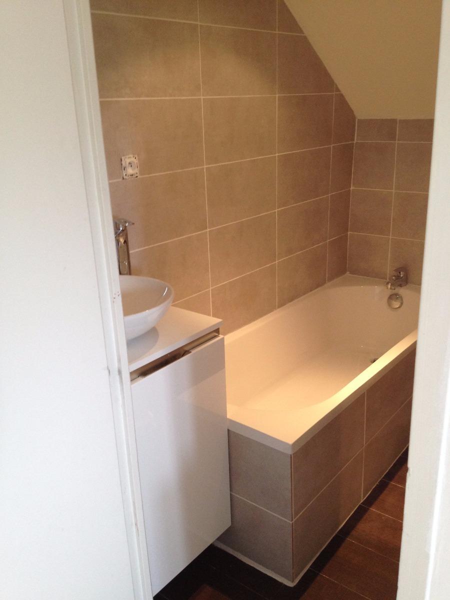 Salle de bain en laque blanche et plan en stratifié à St Germain en La