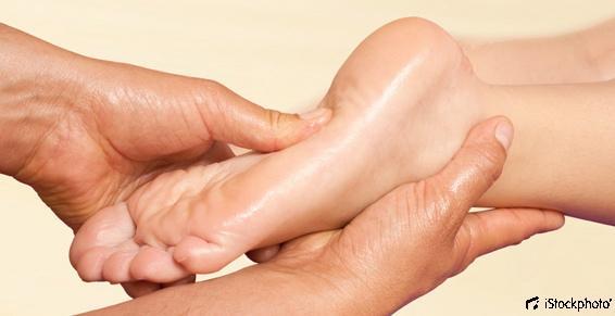 Un massage global des pieds par votre ostéopathe