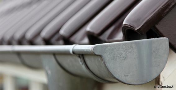 Une gouttière en zinc pour écoulement des eaux de pluie