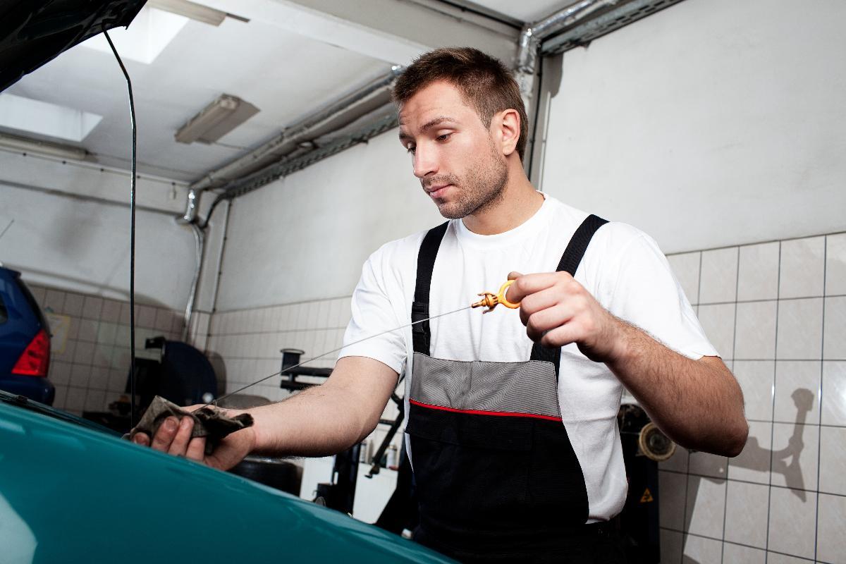 Votre garage auto vérifie votre huile moteur